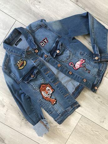 Kurtka jeansowa katana z naszywkami