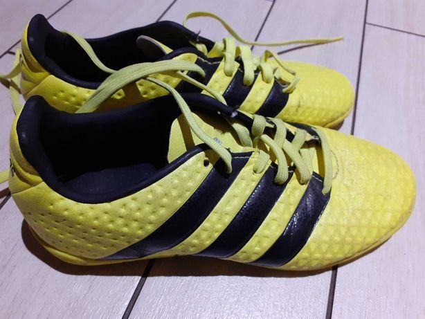 Buty chłopięce Adidas.