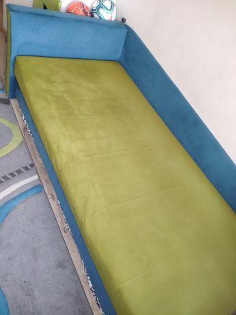 Łóżko/tapczan z pojemnikiem na pościel.