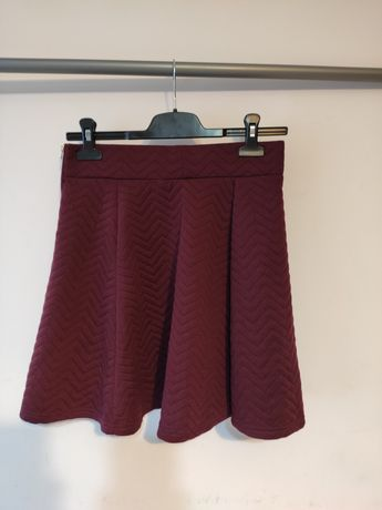 Rozkloszowana burgundowa spódnica