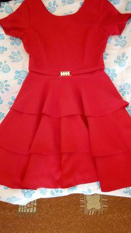Elegancka czerwona suknia z falbanami
