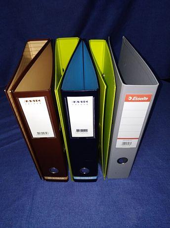 Dossiers e capas de cartão e plástico.