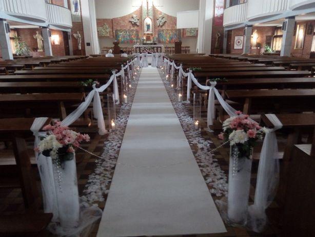 Dekoracje kościoła na ślub, biały i czerwony dywan, ścianka, tło