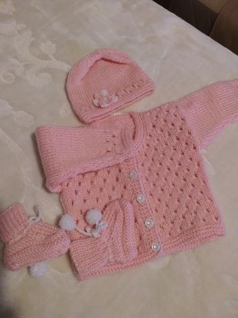 Komplet sweterek, buciki, czapeczka