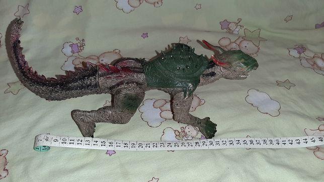 Большой Динозавр дракон в доспехах