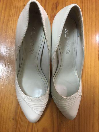 Sapato alto, ideal para qualquer noiva com bom gosto.