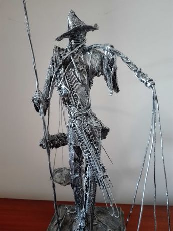 Estatueta escultura de pescador vendedor de peixe ambulante