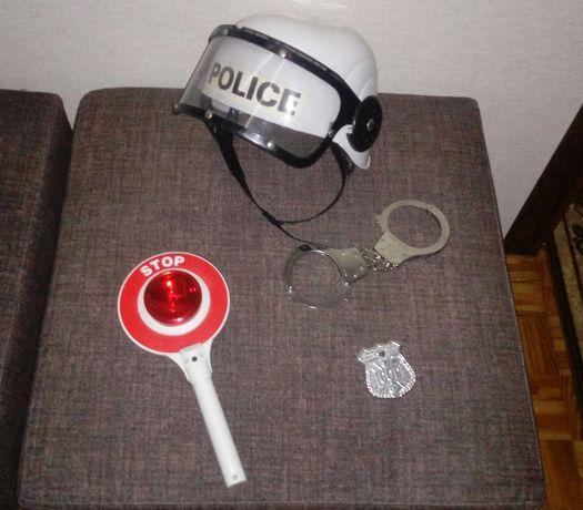Zestaw policjanta, kask, kajdanki, lizak, oznaka
