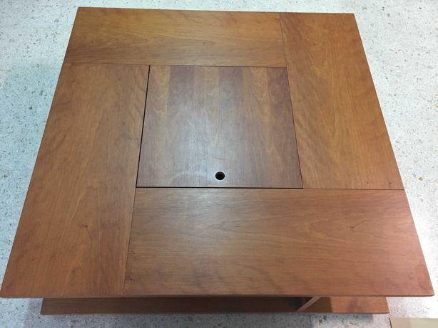 Mesa quadrada da AREA. Madeira maciça. Compatimentos para arrumação.