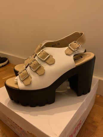 Sandálias plataforma brancas novas em caixa