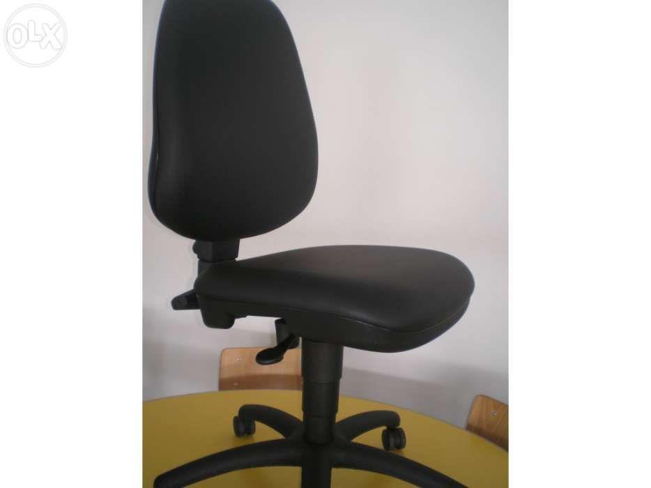 """Cadeira rodada em semi-pele """" Nova"""""""