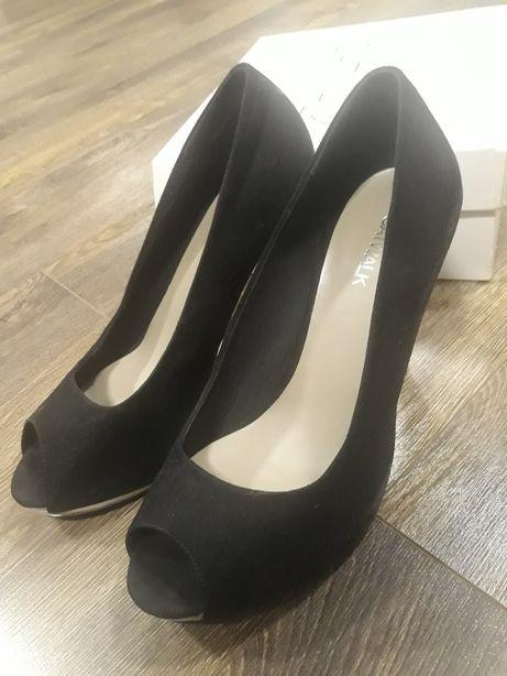 Czarne eleganckie buty na obcasie