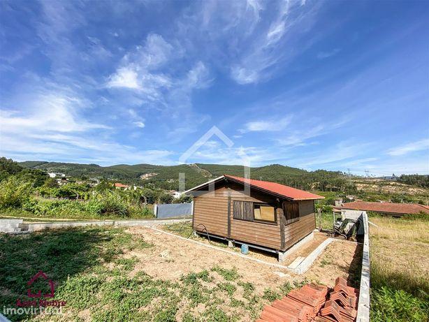Terreno com casa em madeira em Ossela