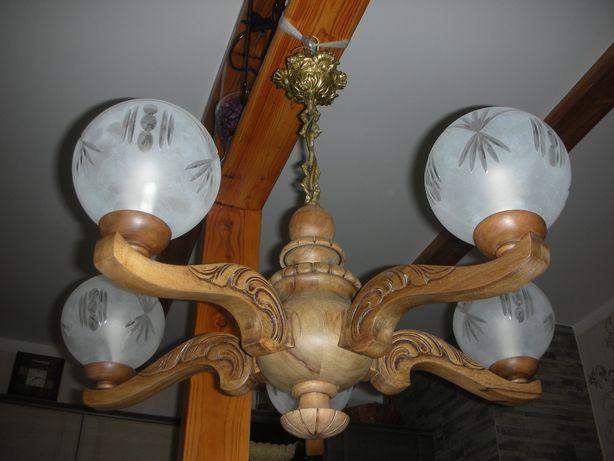 Stary dębowy żyrandol, lampa z pięknymi kloszami.