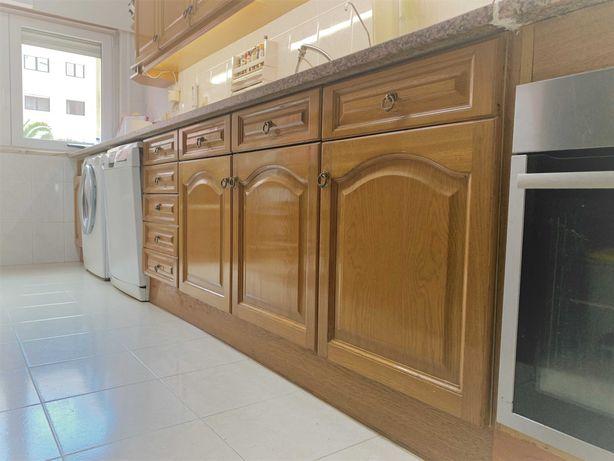 Cozinha completa, bancada em granito.