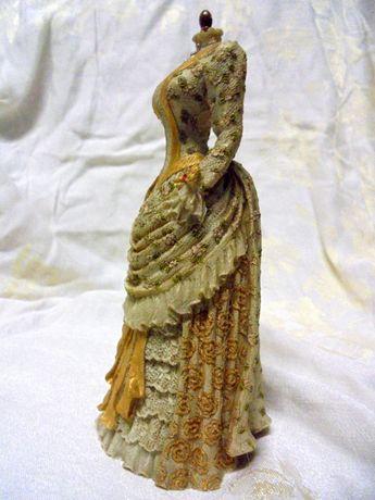 Suknia na manekinie-figurka,pamiątkowa z Muzeum Ubioru w Londynie.
