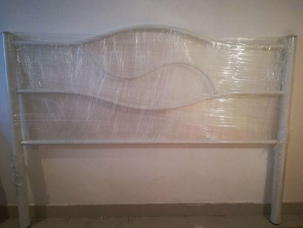 Cama de casal branca em ferro