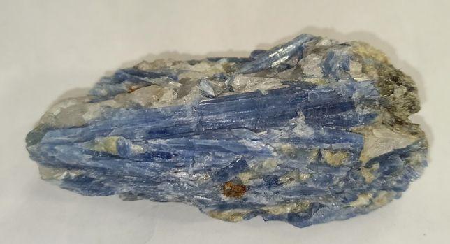 Натуральный кианит. Образец в коллекцию минералов.
