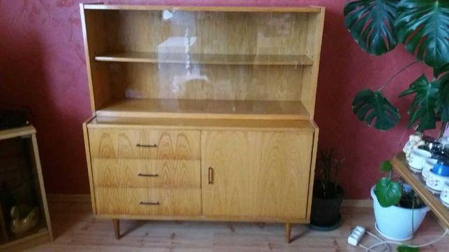 Drewniany kredens, witryna z połyskiem w stylu retro PRL