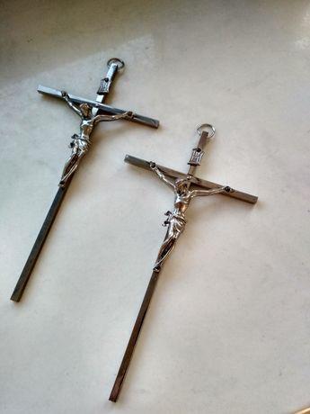 Dwa ścienne krzyżyki krzyże