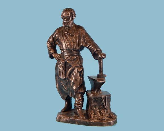 Продам. Посеребренная скульптура Кузнец у наковальни. 25 см.