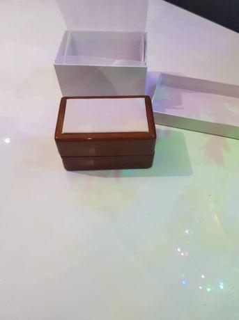 Eleganckie drewniane pudełko na obrączki