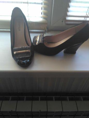 Жіночі туфлі чорного кольору