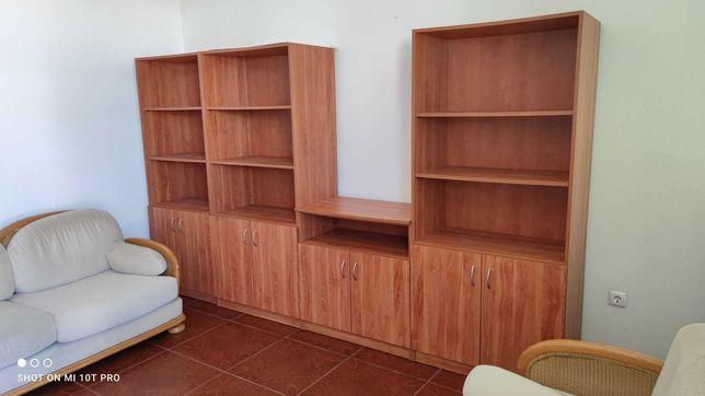 Cama, sofás, estantes, roupeiros, mobília