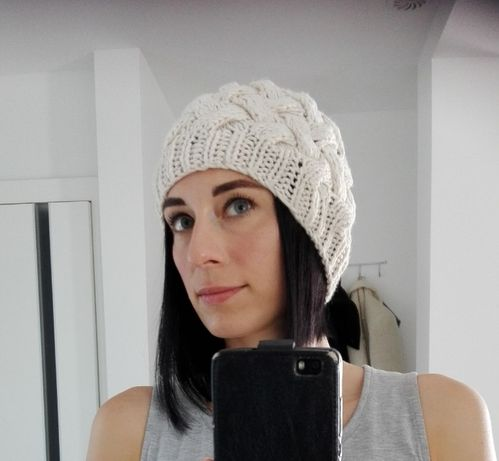 Beżowa ciepła czapka