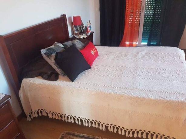 Cama de casal com 2 mesas cabeceiras