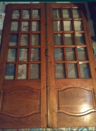 Janelas e persianas em madeira de castanho