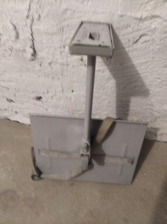 Uchwyt z metalową półką na mały telewizor