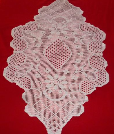 1 Naperon forma estrela + 1 naperon ovalizado em croché