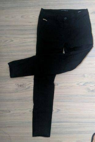 Czarne, denimowe spodnie damskie - rurki (S)