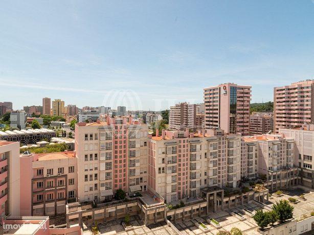 Apartamento T4 com estacionamento para 2 veículos nas Lar...