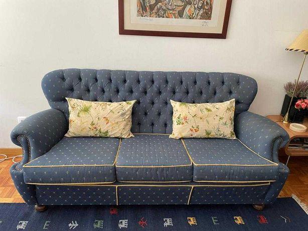 Sofá e poltronas com almofadas em muito bom estado