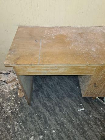 Ciekawe drewniane biurko dla kolekcjonera z czasów PRL