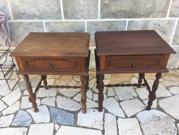 Par mesas de cabeceira em madeira com gavetas e mesa pequena redonda