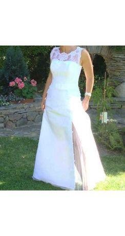 Suknia ślubna z rozcięciem na lewym kolanie.