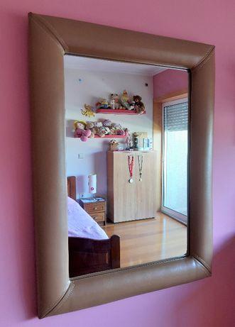 Espelho com moldura em pele