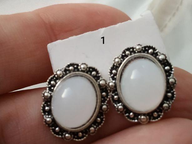 Kolczyki w kolorze srebrnym - różne wzory