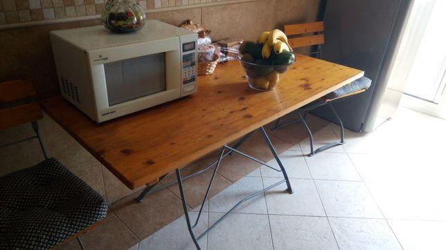 Mesa de ferro com tampo em madeira.