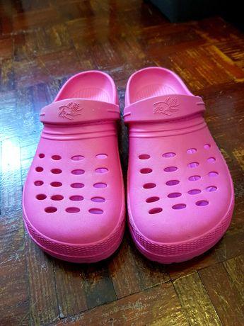 Crocs cor de rosa