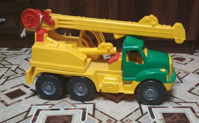 Машинка детская в отличном состоянии