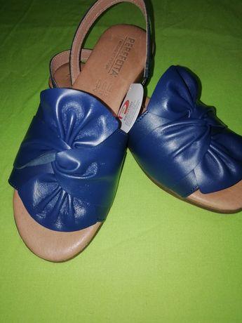 Sandálias novas em caixa