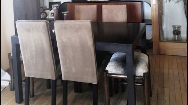 Mesa de jantar em madeira e cadeiras