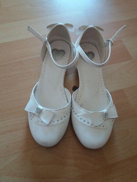 Białe buty do sukienki
