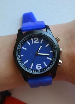 Яркие стильные часы
