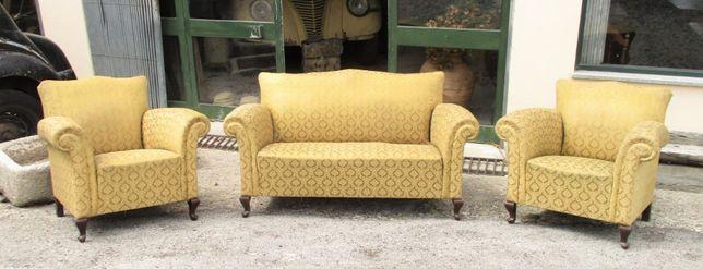 Antigo conjunto de sofá e par de poltronas