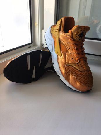 Шикарные кроссовки Nike Huarache золотистые